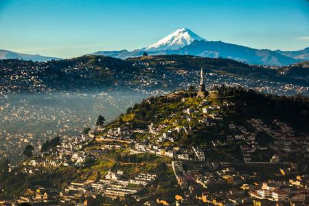 Zicht op El Panecillo in het centrum van Quito met de Cotopaxi op de achtergrond Stockfoto