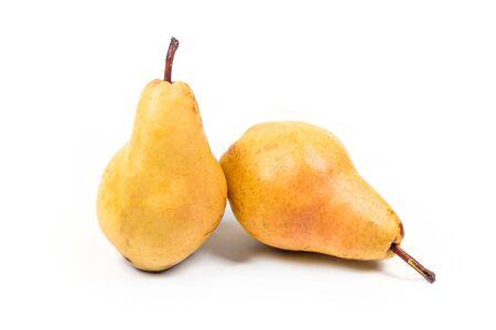 白い背景に分離された 2 つの熟した梨