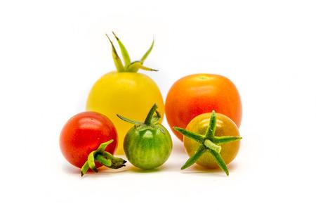 自家製のチェリー トマトを白で隔離グループ