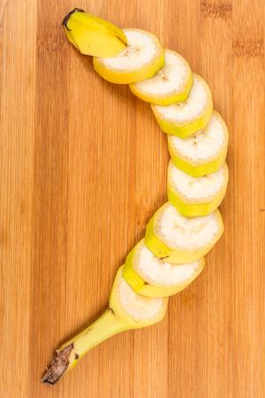 バナナの木の背景に分離されたフィールドの浅い深さをカット