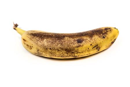 흰색 배경에 고립 된 오래 된 두들겨 바나나