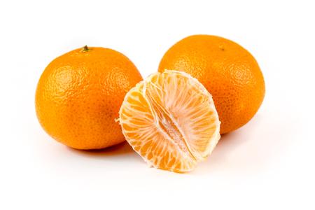 3 つのネーブル オレンジ 1 つ 2 つ皮が付いたままの孤立した白い背景を皮をむいた 写真素材