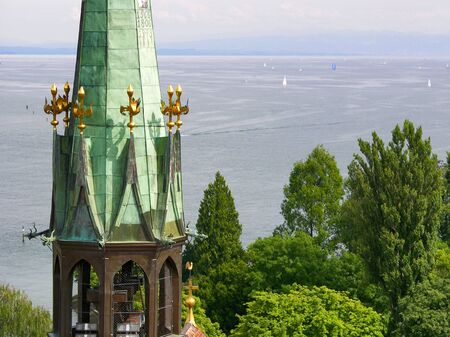 Germany: Church tower Constance Munster with sailors on Lake Constance in the background 스톡 콘텐츠