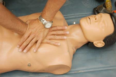 salvavidas: Demostraci�n de la t�cnica de reanimaci�n pulmonar en una pr�ctica dummy  Foto de archivo