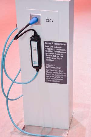 ルノーは、ジュネーブ モーター ショー、ジュネーブ、スイス連邦共和国、2014 年 3 月 4 日中にディスプレイ上の駅を充電します。