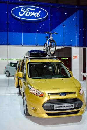 フォード Tourneo はジュネーブ モーター ショー、ジュネーブ、スイス連邦共和国、2014 年 3 月 4 日中にディスプレイに接続します。
