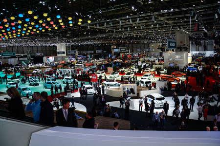 Bezoekers die de nieuwe auto's controleren tijdens de de Motorshow van Genève, Genève, Zwitserland, 4 maart, 2014.