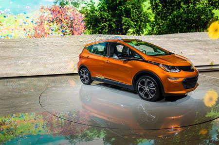 New York, États-Unis - le 23 Mars, 2016: Chevrolet Bolt EV sur l'écran lors du Salon International de l'Auto de New York au Jacob Javits Center. Éditoriale