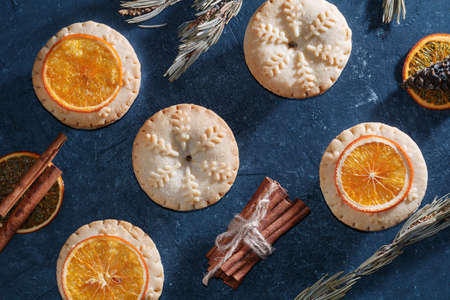 Top view of mince pies, baked crumbly pastry packed with plump, juicy vine fruits, tangy peel and spices. Concept of Christmas baking. Stock Photo