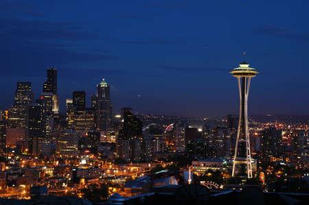seattle: El centro de Seattle y el Space Needle en la noche Foto de archivo
