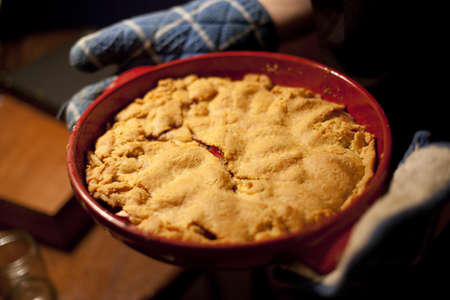 Cherry Pie in Pan, vers uit de oven Stockfoto