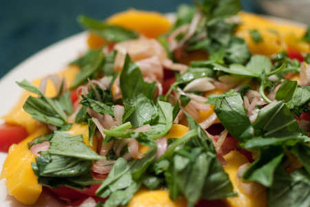 Green salad served with mango and tomatoes Banque d'images