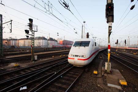 treno espresso: InterCity treno espresso che tira nella stazione di Francoforte Editoriali