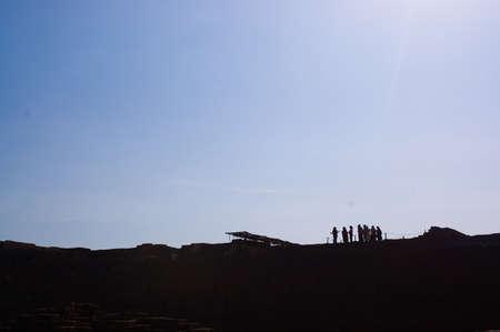 guia turistico: Grupos de turistas escuchando a su gu�a tur�stico