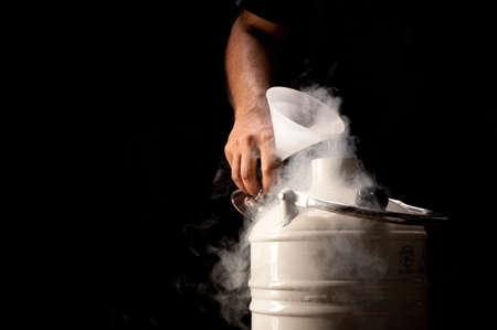 Verter el nitrógeno líquido en una botella Dewar en negro