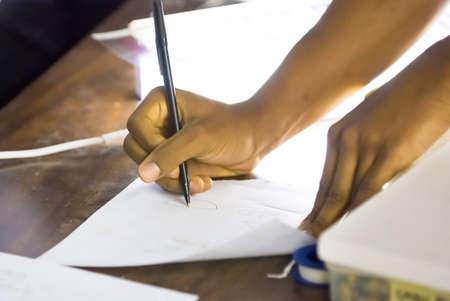 african student: Afro-americano la scrittura a mano su un foglio di carta