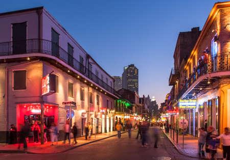 mardi gras: NEW ORLEANS, USA - CIRCA MARZO 2008: Folle di persone e luci al neon al tramonto circa marzo 2008 a New Orleans, Stati Uniti d'America. Il turismo � fonte principale della zona di reddito dopo l'uragano Katrina nel 2005.