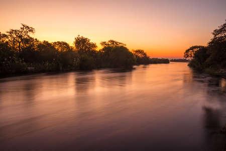 zimbabwe: El r�o Zambezi, al atardecer, visto desde Zambia Foto de archivo