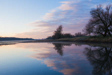 Oder River (tussen Duitsland en Polen) te zien in de vroege ochtend