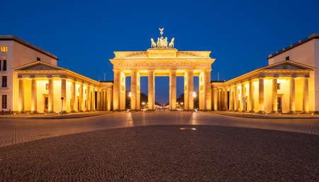 brandenburger tor: Berlins Brandenburg Gate (Brandenburger Tor) at dusk