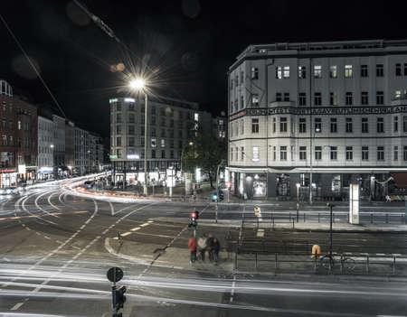 BERLIN - 8 de octubre 2016: El tráfico se mueve a través de Rosenthaler Platz (Plaza de Rosenthal) en Berlín en la noche del 8 de octubre de 2016.