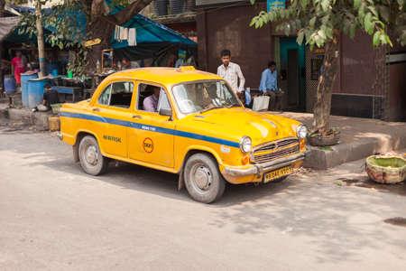 rikscha: Kolkata, Indien - 22. Oktober 2016: Helles Gelb traditionelle Ambassador Taxi (Steuern) am 22. Oktober 2016 in Kolkata (Kalkutta), Indien