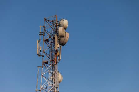 通信: Cellular communications tower against blue sky