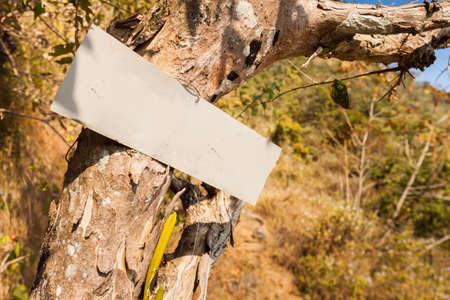 clavados: Manuscrito signo de metal que muestra el camino