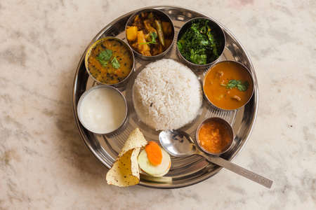 Vegetarische Nepalese Thali (Dal Bhat) set, een traditionele maaltijd met rijst en peulvruchten in Nepal Stockfoto - 73673297