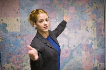 hablar en publico: Joven mujer dando de bienes ra�ces con la presentaci�n de ruta