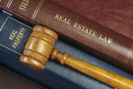 Inmobiliaria derecho libros y martillo