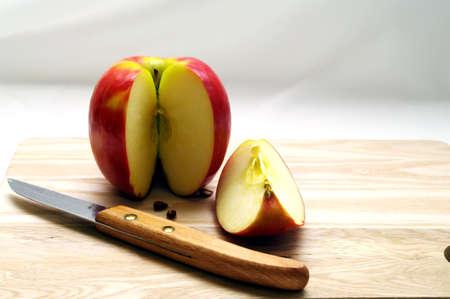 リンゴを食べることのためにカットされています。 写真素材