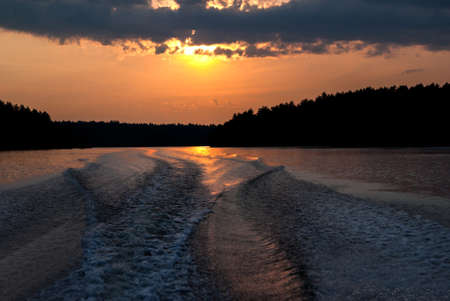 despertar: Estela del barco en la puesta del sol en el norte de Ontario