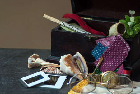 hilo rojo: Tema Memoria Red Box con toboganes, conchas, gafas, reloj, tuber�a Foto de archivo