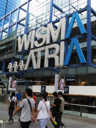 pavement along Orchard Road outside Wisma Atria mall in Singapore, February 27, 2011 - pedestrians outside a shopping mall in Singapore Stock Photo - 8944883