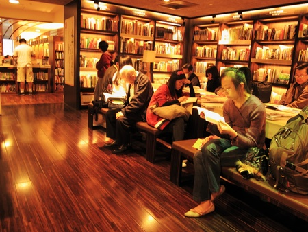 taipei: Eslite Bookstore in Eslite Mall, No. 39 Fuxing South Road, Songshan District, Taipei City, November 27, 2010 - readers in a Taipei bookstore