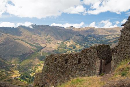 Ruinas incas en el Valle Sagrado del Perú