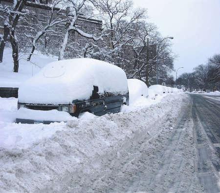 blizzard: Strassenszene direkt nach einem Schneesturm zeigt mehrere Autos begraben im Schnee.   Februar 2006 genommen Auf Jerome Avenue in der Grafschaft von der Bronx, New York in den USA.