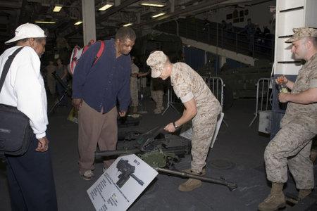 New York, New York - 23 mei: A United States Marine toont en legt de MK-19 uit aan een burger aan boord van de USS Iwo Jima.Taken tijdens Fleet-week 23 mei 2009 in New York City. Redactioneel
