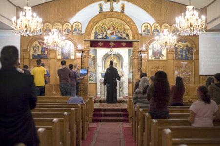 Ein Priester segnet Kirche mit dem Kreuz während Vesper Gebet Nacht in der koptisch-orthodoxen Kirche St. Georg in Brooklyn NY. Fotografiert September 2009 in den USA.