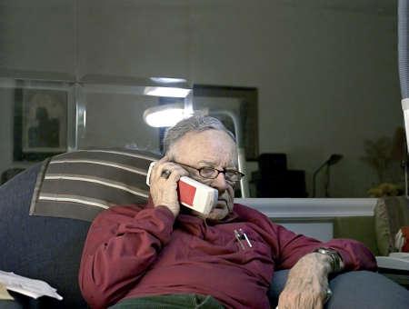Senior aan de telefoon. Hij is 85 jaar oud, geboren in Roemenië en Joods-Amerikaanse.