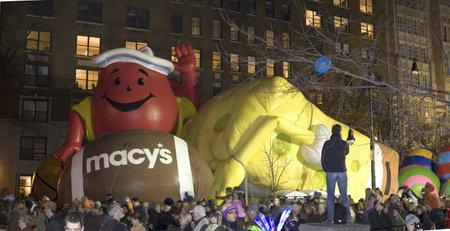 macys: NEW YORK, NEW YORK - 24 novembre: palloni giganti gonfiati ottenere la notte prima della parata del Ringraziamento di Macy. Preso 24 Novembre 2010 a New York City.