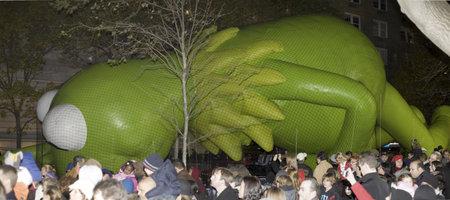 macys: NEW YORK, NEW YORK - 24 novembre: Kermit la rana palloncino viene gonfiato la notte prima della parata del Ringraziamento Macy. Preso 24 Novembre 2010 a New York City.