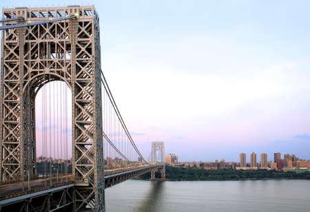 george washington: Manhattan y el puente George Washington de Fort Lee, Nueva Jersey.  Se muestra es el r�o Hudson.