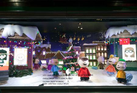 gang: NUEVA YORK, NUEVA YORK, EE.UU. - 10 de diciembre: Una visualizaci�n de la ventana de Macy por Navidad que muestra a Charlie Brown y la banda de man�. Adoptada el 10 de diciembre de, 2015, en Nueva York.