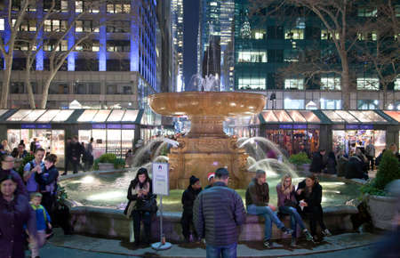 bryant: NEW YORK, NEW YORK, USA - DECEMBER 10: People sit near the fountain in Bryant Park.  Taken December 10, 2015 in NY. Editorial