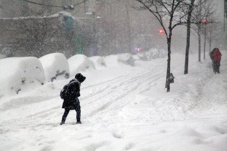 january: BRONX, NUEVA YORK - 23 de enero: La mujer cruza la calle durante la tormenta de nieve tormenta de nieve Jonas. Adoptado el 23 de enero de 2016 en el Bronx, Nueva York.