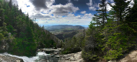 クーズ郡、ニューハンプシャー州、アメリカ合衆国 - 5 月 27 日: マウント Washingtone Ammonoosuc 渓谷登山道からの眺め。 ニュー ・ ハンプシャーで 2017 年