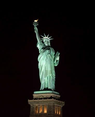 Vrijheidsbeeld 's nachts in New York Harbor USA. Stockfoto