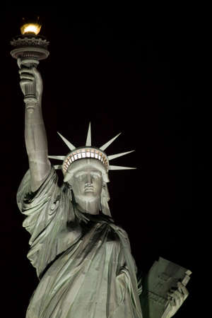 Statue of Liberty at night in New York Harbor USA. Stockfoto